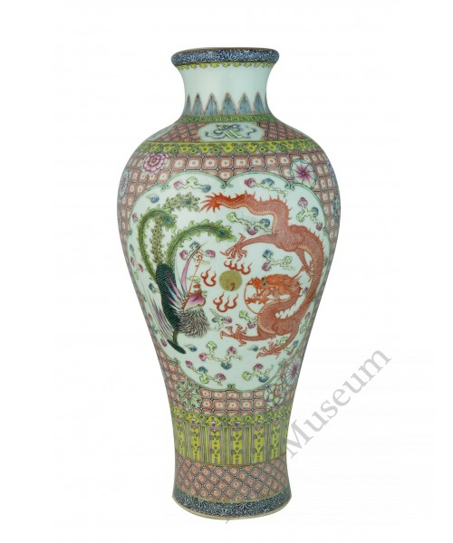 1178 A fengcai vase playing dragon and phoenix décor