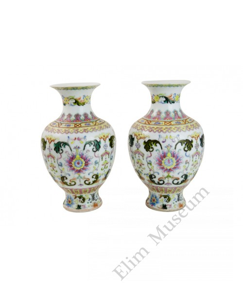 1019  A pair Late Qing period Fencai vases with fowers