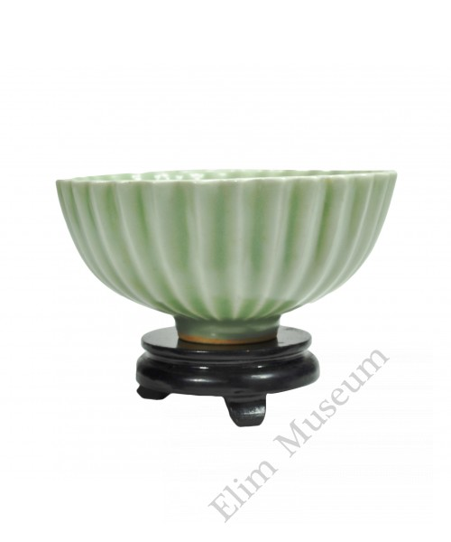1149 A Song Longquan celadon bowl in lotus shape