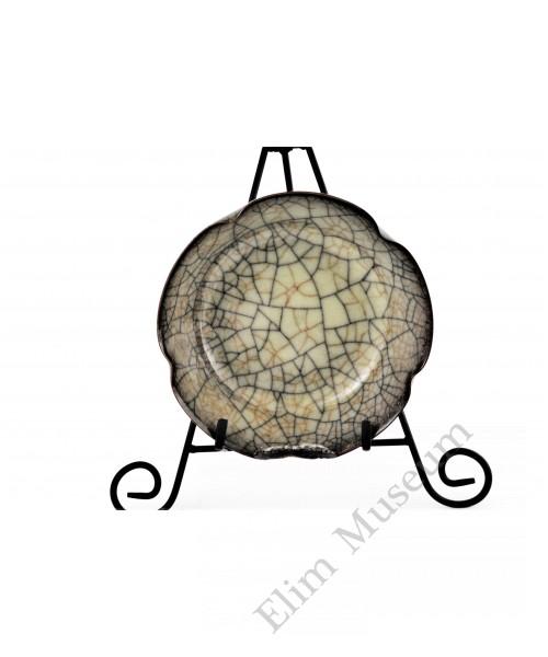 1590-2  A Ge-ware petals rim crackle bowl