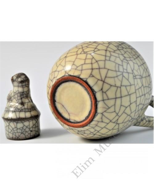 1722 A Ge-ware ivory glaze wine ewer