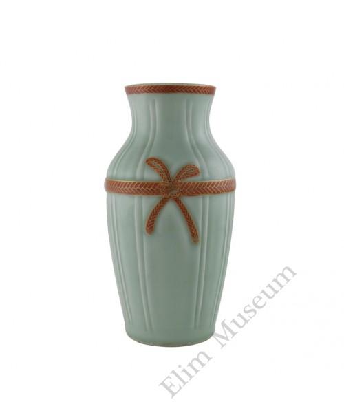 1181  A Qian-long red ribbon knot celadon vase