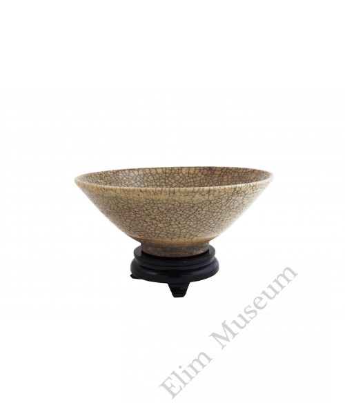 "1239 A bowl with straw-yellow glaze and ""roe pattern"""
