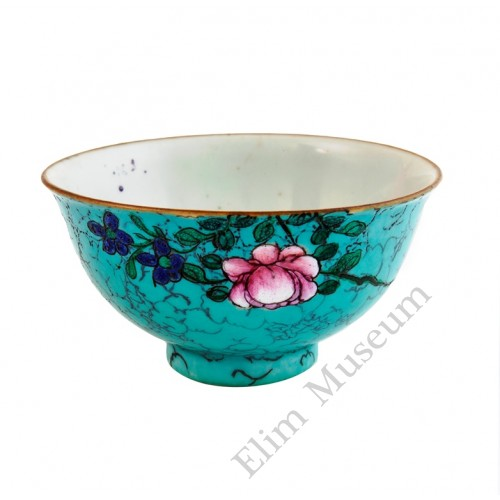 1066  A Qian-Long turquoise glaze bowl with florist