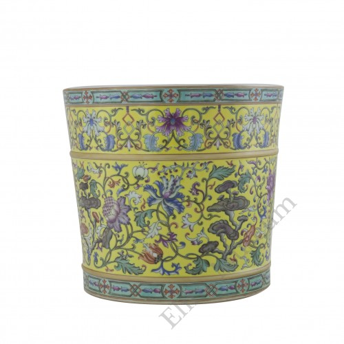 1070 A  Qian-Long Yangcai brush-pot flowers decor