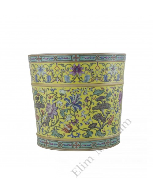 1070 A  Qian-Long Yangcai brush-pot flowers decor